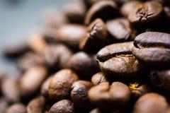 Chiuda su del chicco di caffè Roasted in mucchio Fotografia Stock