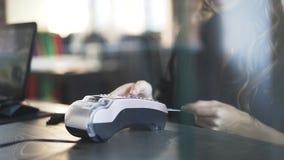 Chiuda su del codice entrante del perno della mano della donna s per pagare stock footage