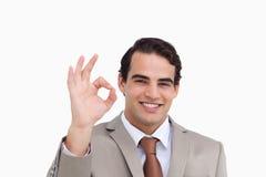 Chiuda in su del commesso sorridente che dà la sua approvazione Immagine Stock