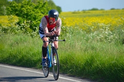 Chiuda su del concorrente maschio del triathlete sulla fase di riciclaggio della strada Fotografia Stock Libera da Diritti