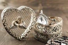 Chiuda su del contenitore di gioielli d'annata di forma del cuore Fotografie Stock Libere da Diritti