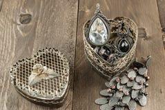 Chiuda su del contenitore di gioielli d'annata di forma del cuore Immagine Stock