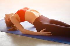 Chiuda su del corpo della donna di forma fisica che si esercita nella palestra Immagini Stock Libere da Diritti