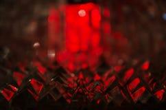 Chiuda su del cristallo tagliato alla luce vermiglia misteriosa immagini stock