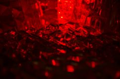 Chiuda su del cristallo tagliato alla luce vermiglia misteriosa fotografia stock libera da diritti