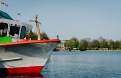 Chiuda su del crogiolo tradizionale di vapore per crociera sull'acqua del lago Alster, Amburgo, Germania Fotografia Stock Libera da Diritti