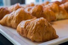 Chiuda su del croissant sul vassoio Immagine Stock