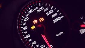 Chiuda su del cruscotto e dell'odometro dell'automobile