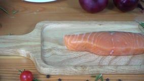 Chiuda su del cuoco unico o del cuoco gastronomico che condisce il bello pezzo fresco del pezzo della ghiottoneria di pesce di co video d archivio