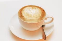 Chiuda su del cuore del cappuccino del latte del caffè Fotografia Stock