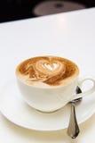 Chiuda su del cuore del cappuccino del latte del caffè Fotografia Stock Libera da Diritti