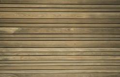 Chiuda su del decking composito Plance di legno Fondo di legno essiccato artificialmente di struttura del legname immagini stock libere da diritti
