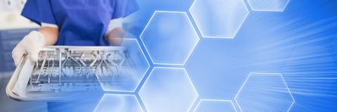 Chiuda su del dentista con i vassoi e la transizione astuta blu di tecnologia fotografie stock
