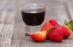 Chiuda su del dessert dello sciroppo di cioccolato e della fragola Fotografia Stock