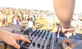 Chiuda su del DJ che gioca l'elettro suono sul giocatore moderno del usb del CD a fotografie stock
