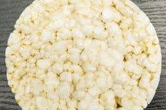 Chiuda su del dolce di riso sul bordo di legno fotografia stock
