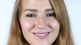 Chiuda su del fronte di bella ragazza bianca che sorride, fondo bianco Immagini Stock