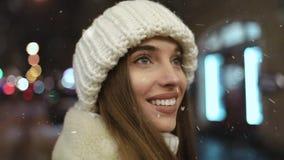 Chiuda su del fronte sorridente della ragazza alla notte archivi video