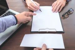 Chiuda su del fuoco del datore di lavoro della mano l'impiegato per scrivere un lett Immagine Stock Libera da Diritti