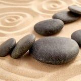 Chiuda su del giardino di zen con il gruppo di pietre nere Immagini Stock