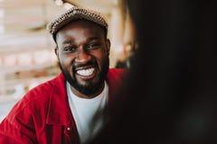 Chiuda su del giovane espressivo che rivela i suoi denti mentre sorridono immagini stock