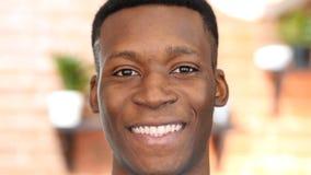 Chiuda su del giovane nero sorridente Immagine Stock Libera da Diritti