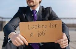 Chiuda su del giovane quel ricerca del lavoro Immagine Stock
