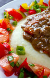 Chiuda in su del goulash di manzo con insalata Fotografie Stock Libere da Diritti