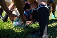 Chiuda su del gruppo di rugby al campo Immagini Stock
