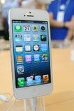 Chiuda in su del iPhone bianco 5 Fotografie Stock Libere da Diritti