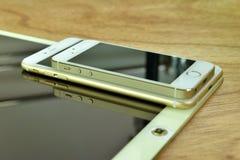Chiuda su del iPhone 6s più, il iPhone 5s e ipad pro Fotografia Stock Libera da Diritti