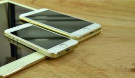Chiuda su del iPhone 6s più, il iPhone 5s e ipad pro Fotografie Stock Libere da Diritti