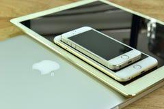 Chiuda su del iPhone 6s più, il iPhone 5s e ipad pro Fotografia Stock