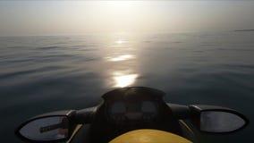 Chiuda su del jet ski che guida sul mare video d archivio