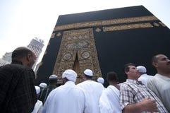 Chiuda in su del kaaba con i pellegrini Fotografie Stock Libere da Diritti