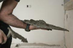 Chiuda su del lavoratore professionista del muratore dell'interno - porre le mattonelle fotografia stock libera da diritti