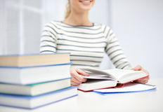 Chiuda su del libro di lettura della giovane donna alla scuola Fotografia Stock Libera da Diritti