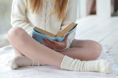 Chiuda su del libro o del diario di lettura della giovane donna Fotografia Stock Libera da Diritti