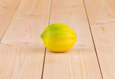 Chiuda su del limone maturo sulla tavola di legno Fotografia Stock