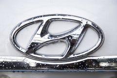 Chiuda su del logo del motore di Hyundai sulla parte anteriore dell'automobile Immagine Stock