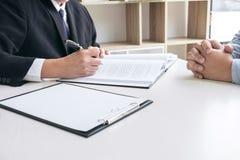 Chiuda su del martelletto, dell'avvocato maschio o del giudice Consult con il cliente e Immagine Stock
