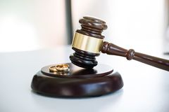 Chiuda su del martelletto del giudice che decide del divorzio del matrimonio e del gol due fotografia stock libera da diritti