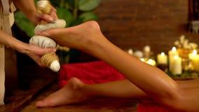 Chiuda su del massaggio caldo del cataplasma del piede nel salone della stazione termale 4K stock footage