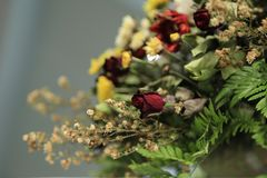 Chiuda su del mazzo appassito secco con le rose ed altri fiori Fotografia Stock