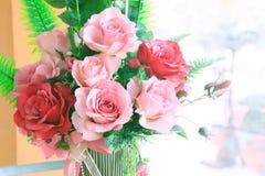 Chiuda su del mazzo dei fiori delle rose decorato nello spirito interno domestico Immagini Stock Libere da Diritti