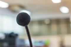 Chiuda su del microfono nell'auditorium Fotografia Stock Libera da Diritti