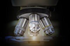 Chiuda su del microscopio al laboratorio immagine stock