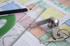 Chiuda su del modello con gli strumenti ed alloggi le chiavi Immagine Stock