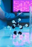 Chiuda in su del modello molecolare con il campione del DNA Fotografie Stock Libere da Diritti