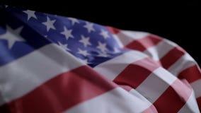 Chiuda su del movimento lento della bandiera americana video d archivio